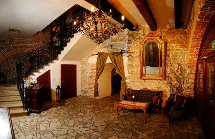 Folwark Stara Winiarnia - hol. Na prawo sale Biesiadna i Kominkowa, na lewo Balowa. Na salę Dworską wejście po schodach.